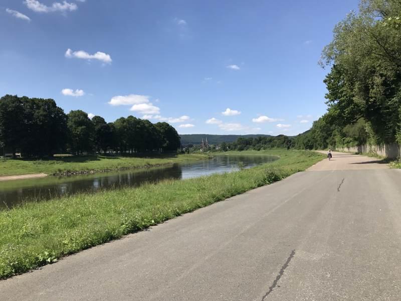 Weite Flusslandschaft