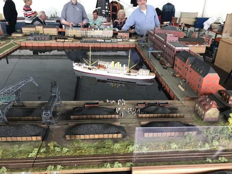 Auch Miniaturschiffe haben ihren Platz bei Dampf Rundum.