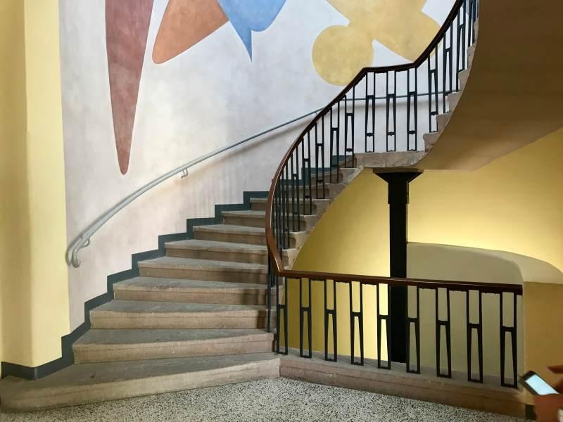 Treppenhaus im Nebengebäude der Uni