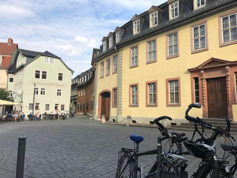 Blick auf das Goethehaus und das Gasthaus zum Weißen Schwan