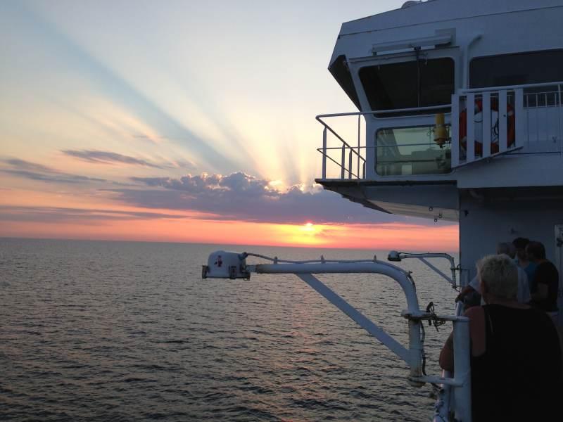 Abendsonne, Fähre und Meer ... was will man mehr?