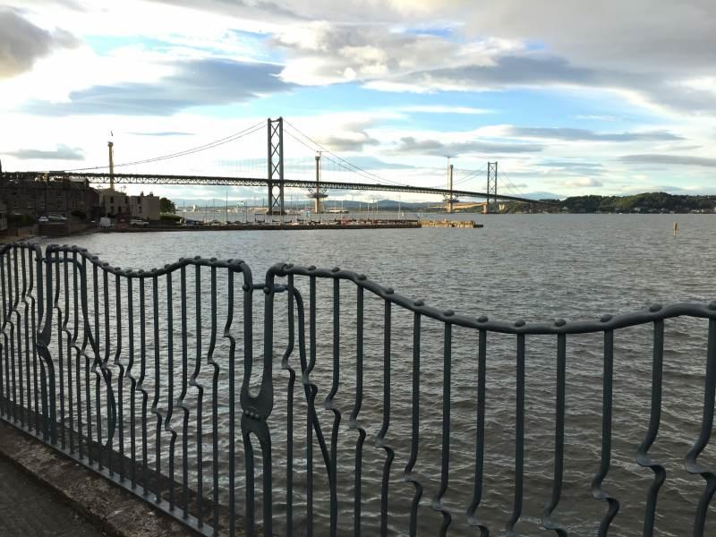 Blick von South Queensferry auf die neue(n) Brücke(n)