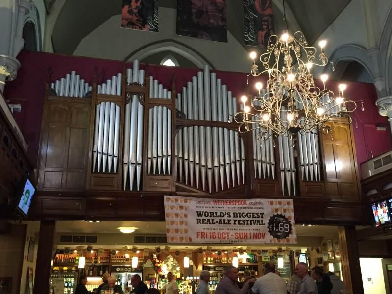 Selbst die Orgel ist noch da.