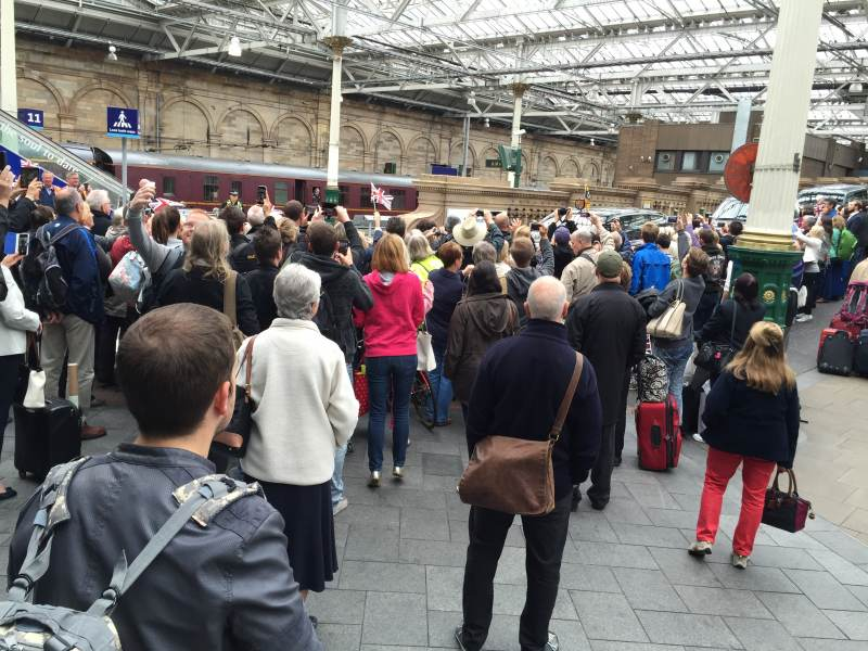 Die Queen rollt durch Edinburgh