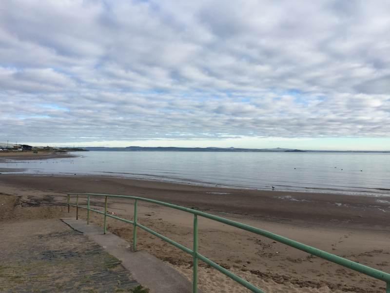 Der Strand gehört noch den Hunden und ihren Herrchen und Frauchen.