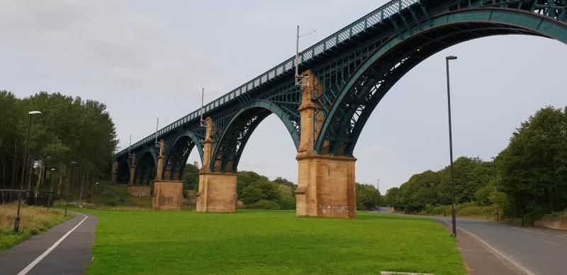 Schicke Eisenbahnbrücke über den Willington Gut