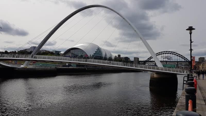 Blick auf die Millenniumsbrücke und die Konzerthalle Sage Gateshead