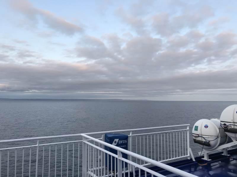 Englische Küste in Sicht am frühen Morgen