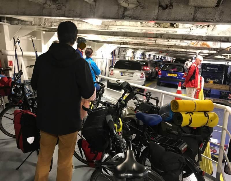 Unser Fahrraddeck im Schiff — wir sind nicht allein unterwegs
