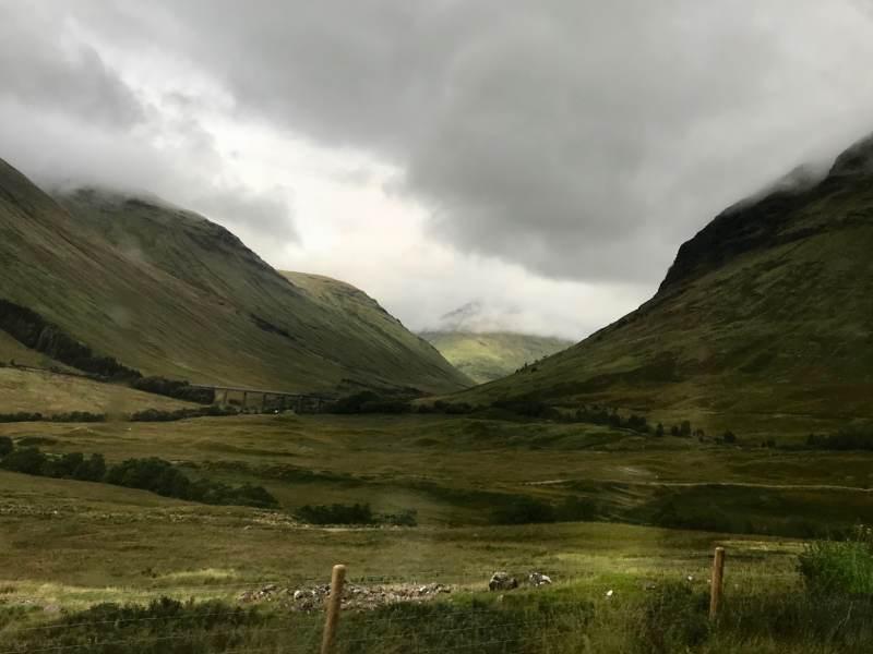 Blick aus dem Zug in die rauen Highlands