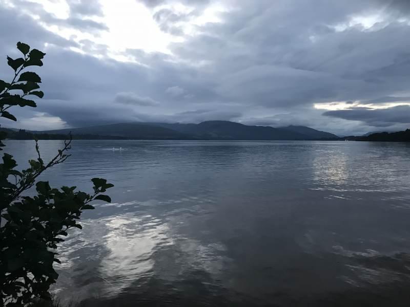 Am Abend teilen wir uns den See nur mit zwei Schwänen.
