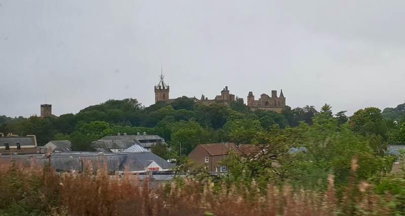 Linlithgow lassen wir im Regen links liegen.