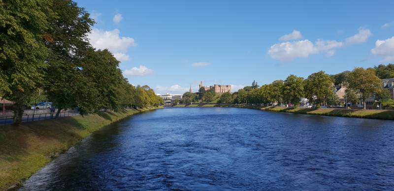 "Die ""Black waters of Scotland"" vor dem Inverness Castle"