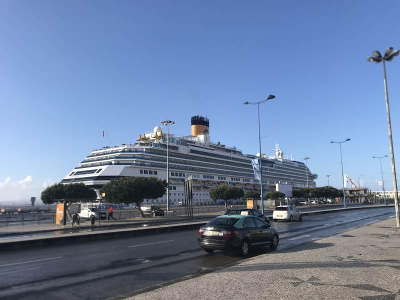 Vorbei an einem gigantischen Kreuzfahrtschiff ...