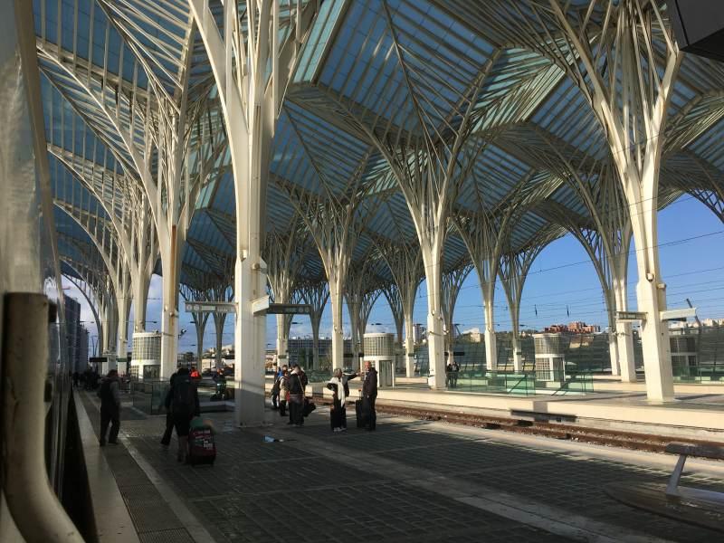 Der Bahnhof am ehemaligen Expogelände - beeindruckend!