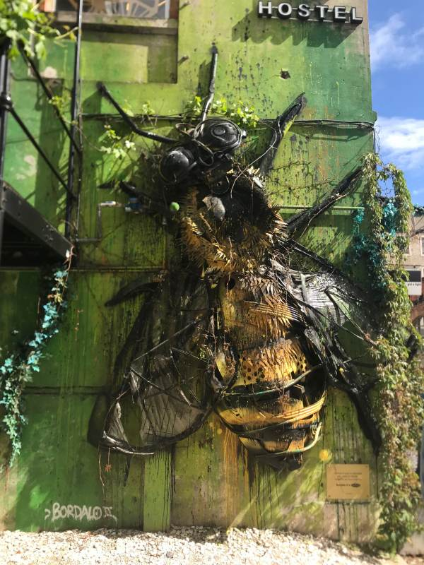 Kunstwerk aus Müll auf dem Kreativgelände LxFactory