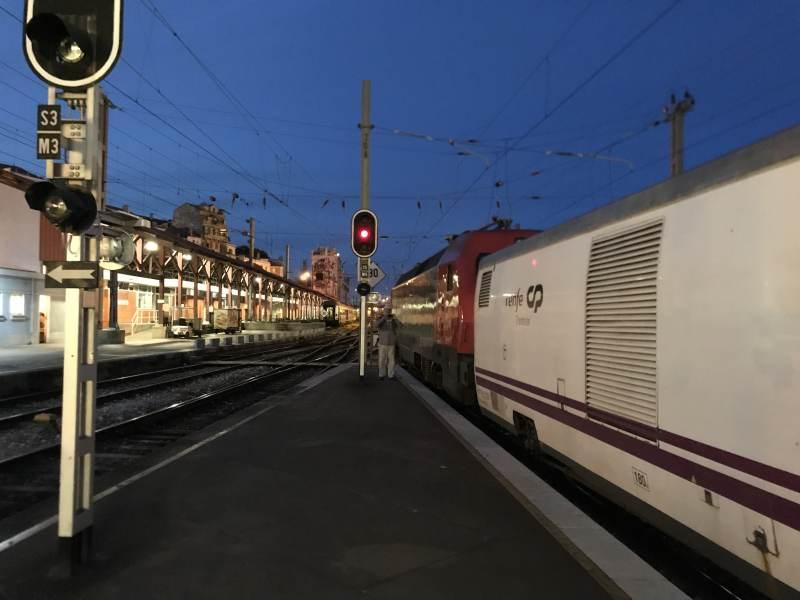 Die Lok passt nicht mehr an den Bahnsteig.