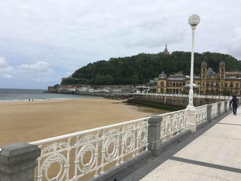 Blick vom Strand zum Monte Urgull ...