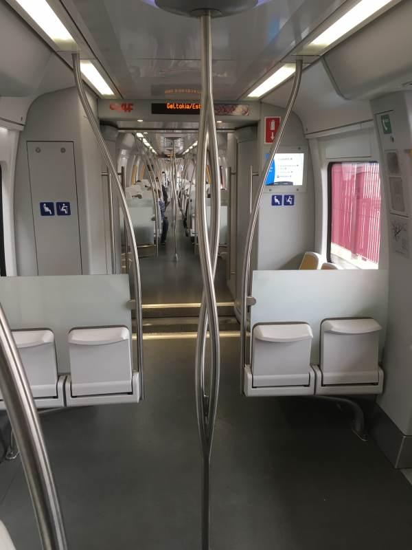Regionalzug mit interessanter Haltestangenkonstruktion