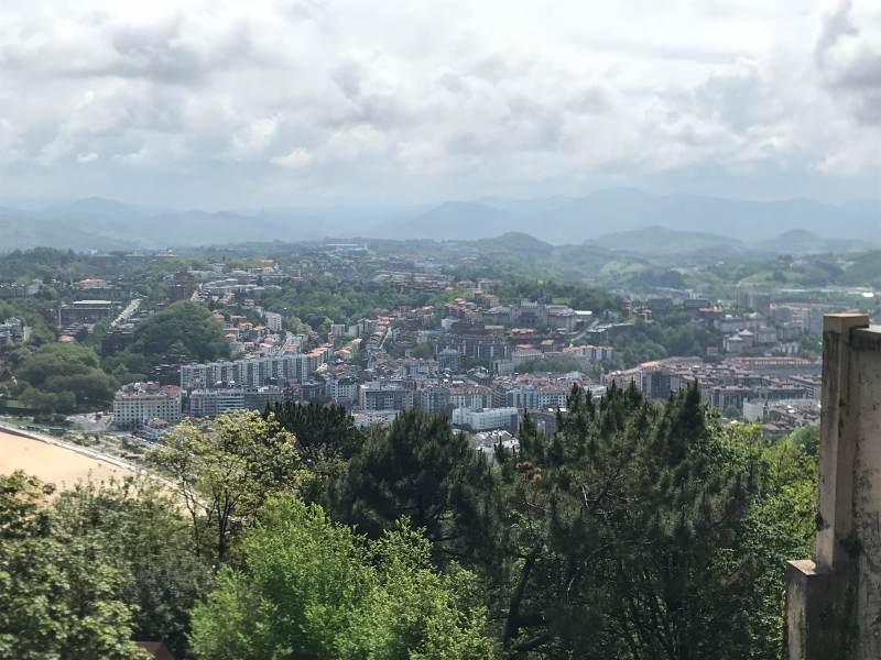 Blick ins Land über San Sebastián hinweg