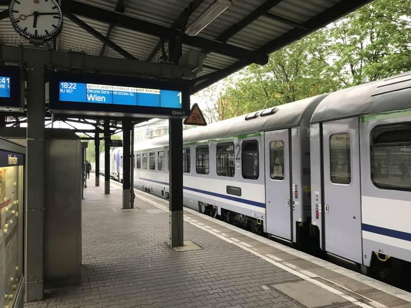 Es geht los, 18:22 Uhr ab Bahnhof Charlottenburg, Richtung Wien im Kurswagen nach Budapest.