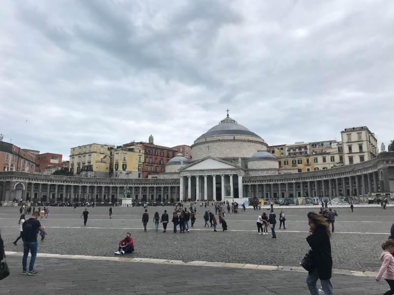 Über die Piazza del Plebiscito ...
