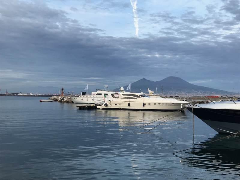 Essen mit Blick auf Yachthafen und Vesuv - nicht schlecht