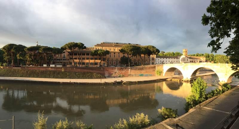 Am Tiber mit Blick auf die Isola Tiberina
