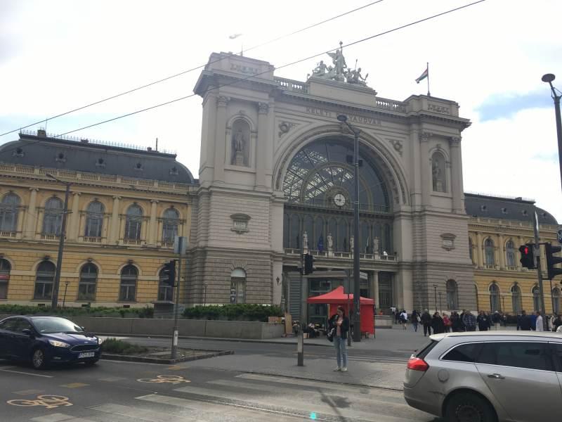 Auch draußen zeigt der Bahnhof seine KuK-Architektur.