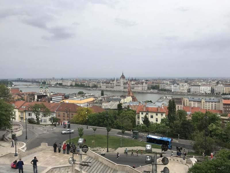 Blick über die Donau auf das Parlament