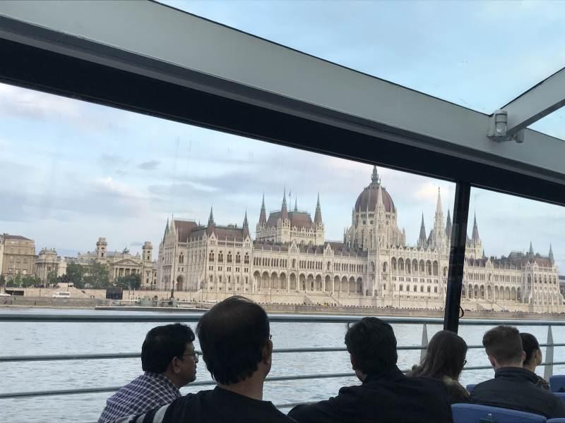 Blick aufs Parlament vom Wasser aus