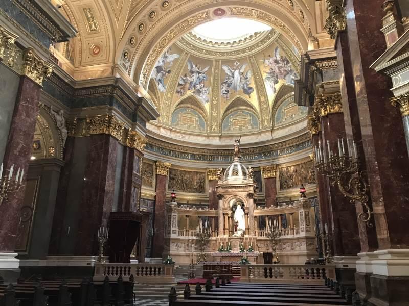 Der Altar der Basilika ...