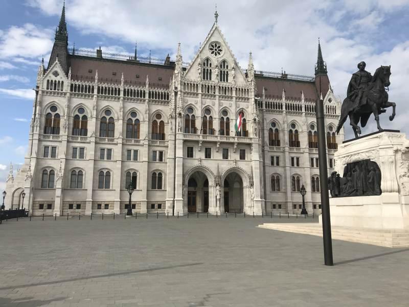 Das Parlamentsgebäude von vorne ...