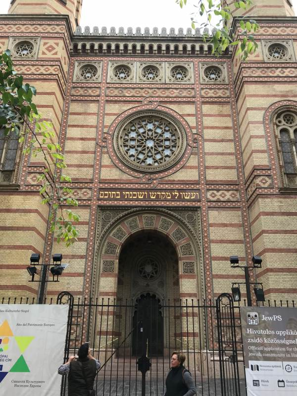 Blick auf den Eingang der großen Budapester Synagoge