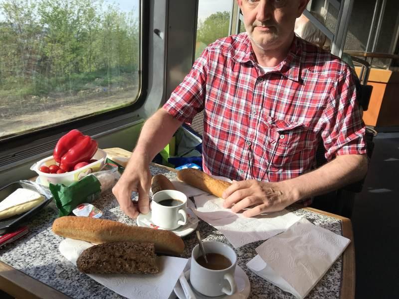 Am Morgen Frühstückspicknick im Bistrowagen ...