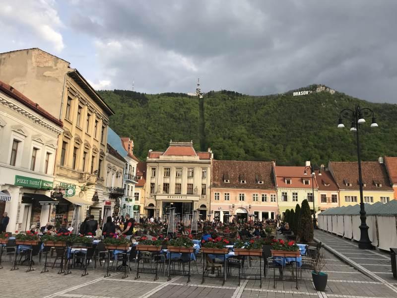Angekommen in Brasov - Blick vom Marktplatz auf die Seilbahn