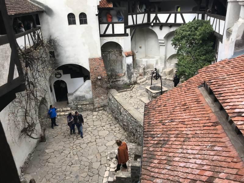 Blick in den Schlosshof – der Brunnen soll sehr tief sein.
