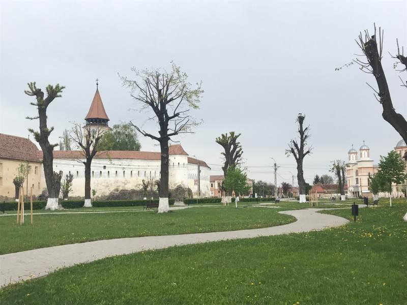 und zur Wehrkirche Prejmer. Gegenüber liegt gleich die örtliche Moschee.