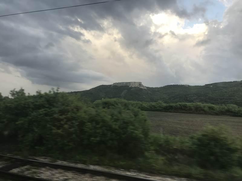 Später tauchen eher Hügel und Felsstrukturen auf.