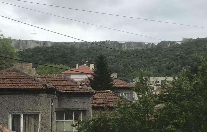 Da ist eine Burg im Hintergrund
