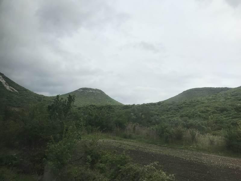 Seltsame Kegel in der Landschaft
