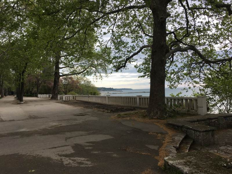 Promenade mit Meerblick