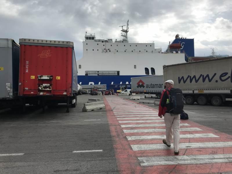 Wir wandern quer über das Hafengelände Richtung Stadt.