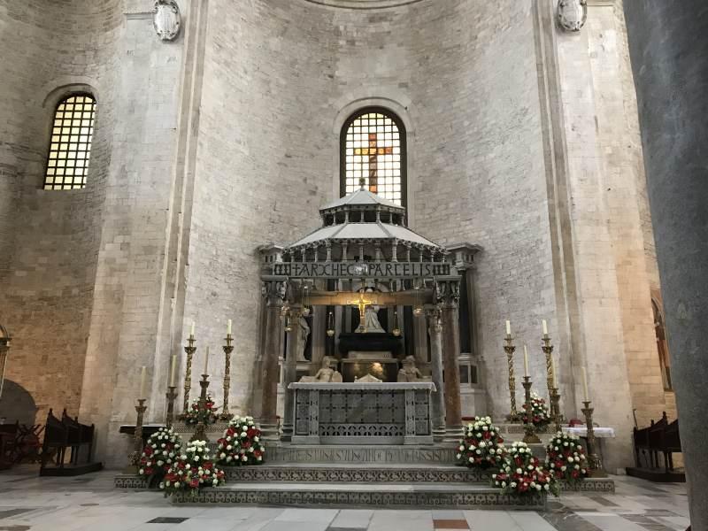 Der Altar wirkt gerade durch den schlichten Hintergrund.