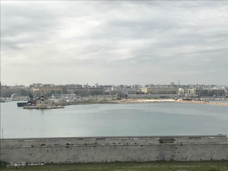 Blick auf Bari bei der Einfahrt in den Hafen