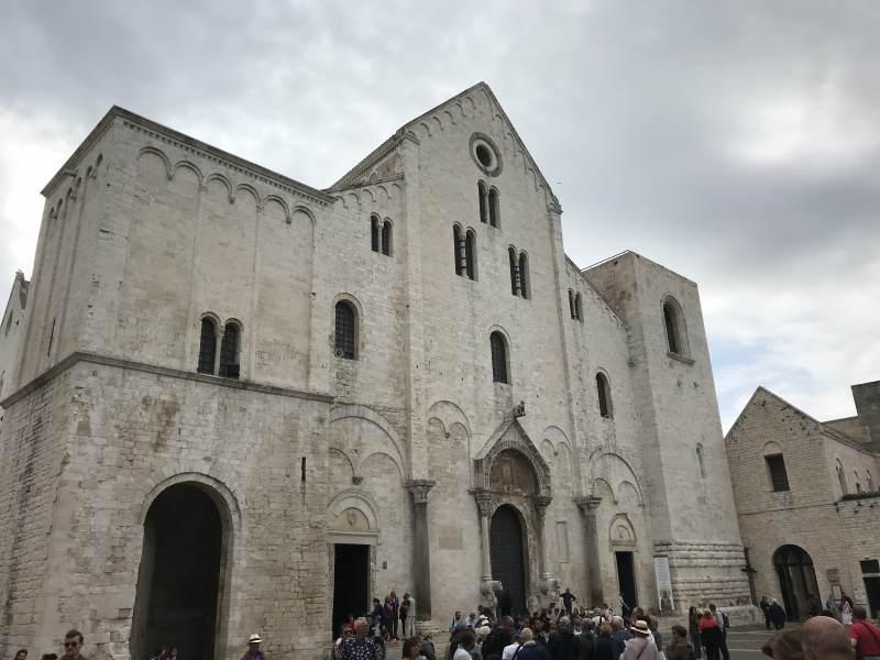 An der Nikolaus-Basilika wird es schon voller.